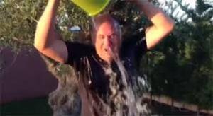Jose Antonio Monago se tira un cubo de agua mientras su partido recorta en sanidad y ayudas
